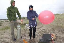 students with weather balloon